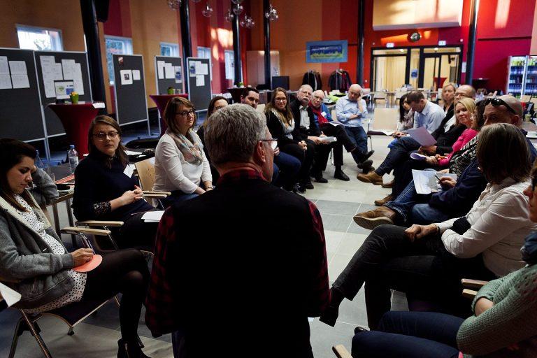 Foto einer Diskussionsrunde auf dem Netzwerktreffen 2017